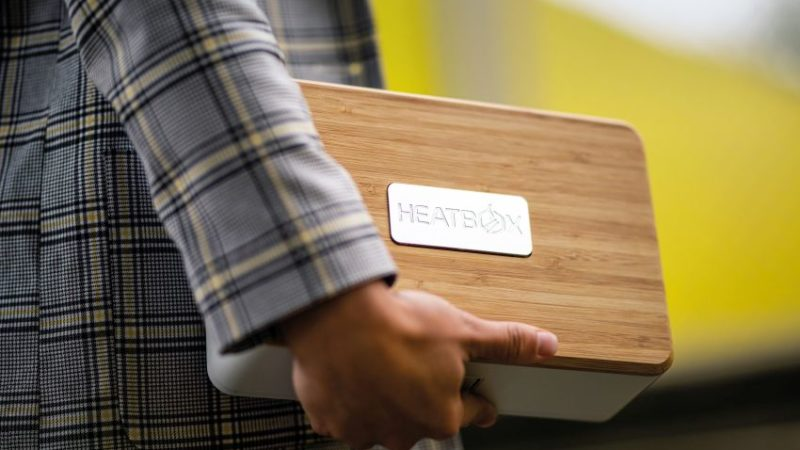 A Good-Looking Lunch Box that Heats Food Using Steam